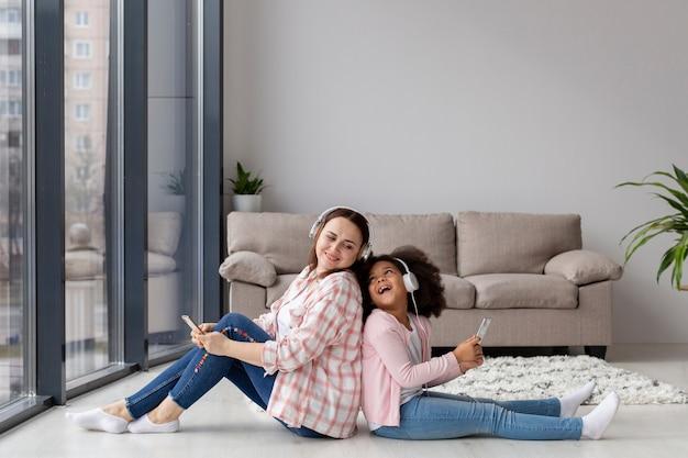Madre e figlia che giocano insieme a casa