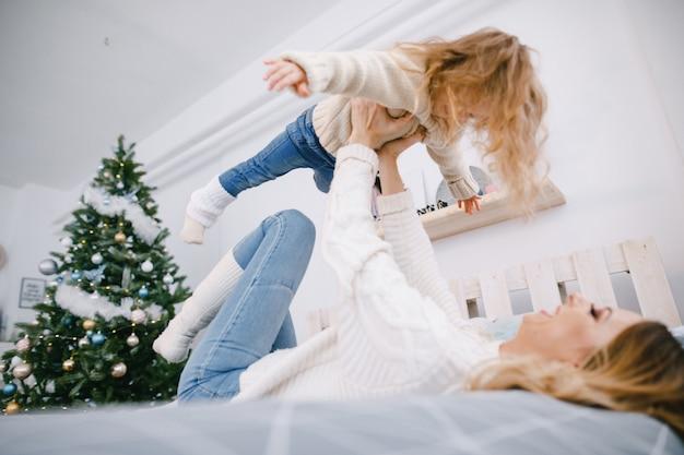Madre e figlia che giocano
