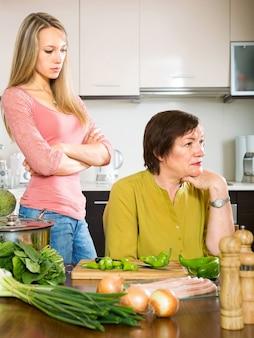 Madre e figlia che hanno un litigio