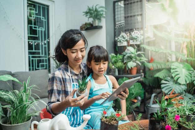 Madre e figlia che imparano sulle piante