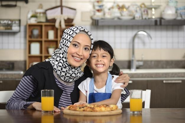 Madre e figlia che mangiano pizza