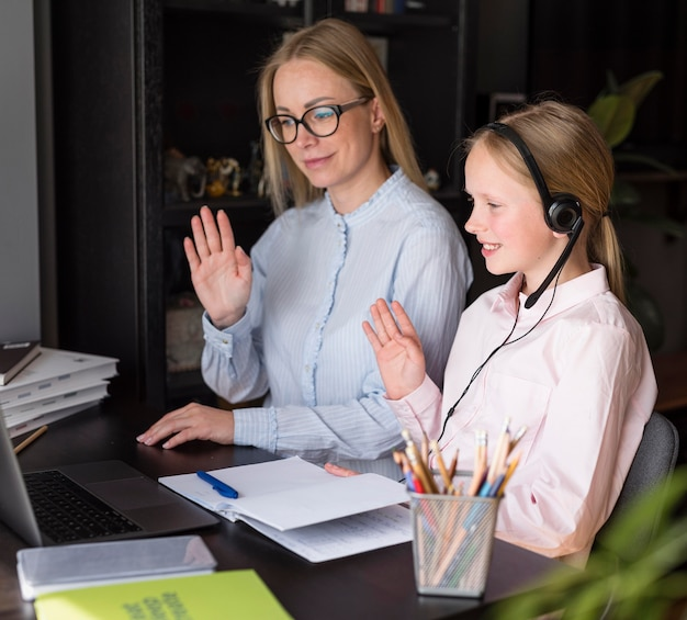 Madre e figlia che partecipano a un corso online