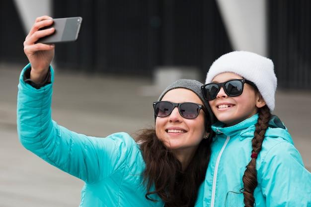 Madre e figlia che prendono selfie