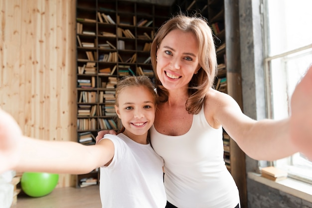 Madre e figlia che prendono selgie