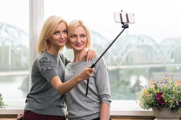 Madre e figlia che prendono un selfie