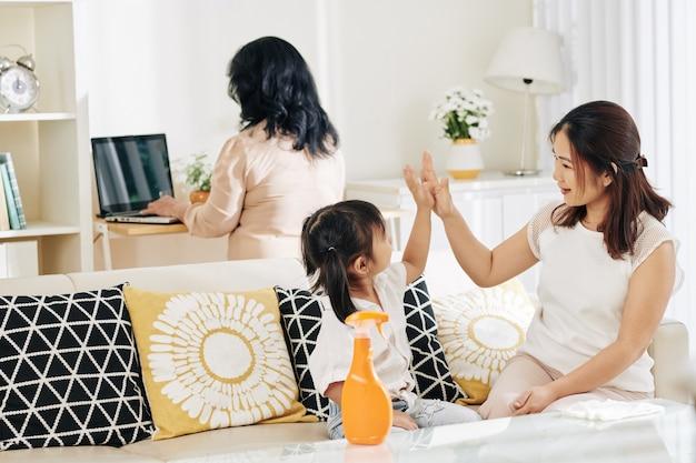 Madre e figlia che puliscono casa
