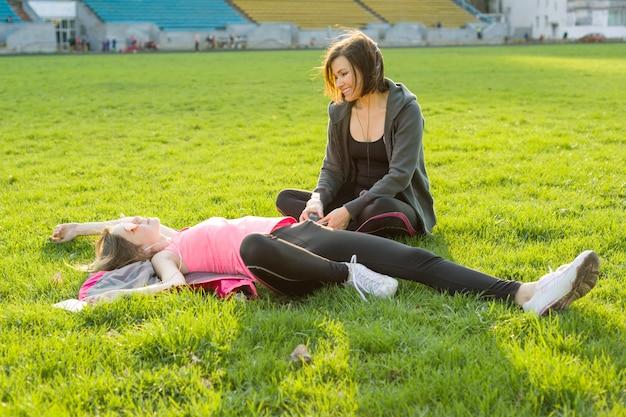 Madre e figlia che riposano dopo l'allenamento
