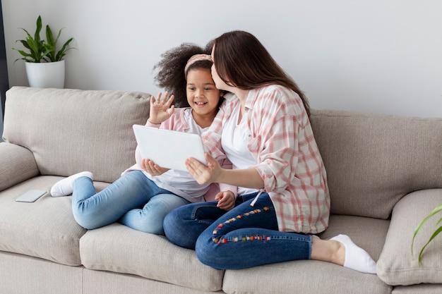 Madre e figlia che si rilassano a casa