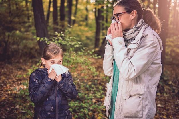 Madre e figlia che soffia il naso