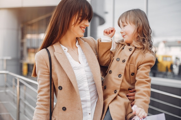 Madre e figlia con shopping bag in una città
