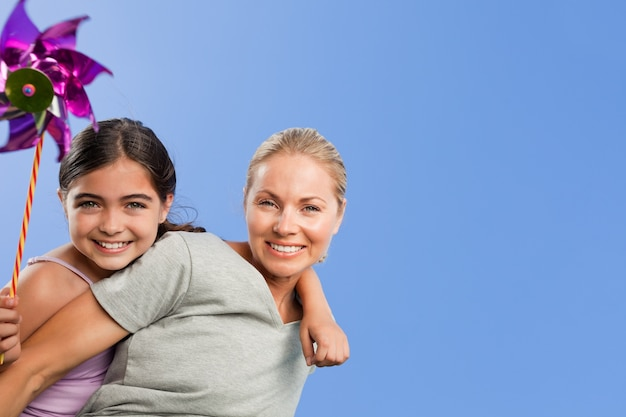 Madre e figlia con un mulino a vento