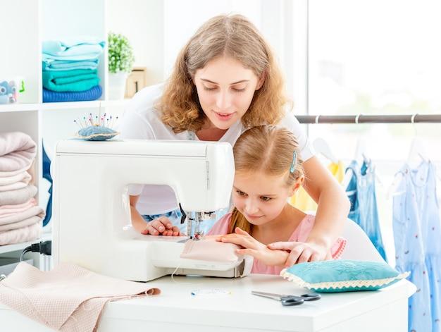 Madre e figlia cucito