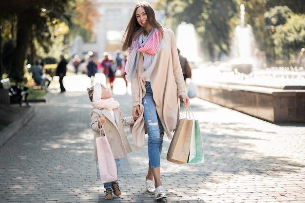 Madre e figlia dello shopping