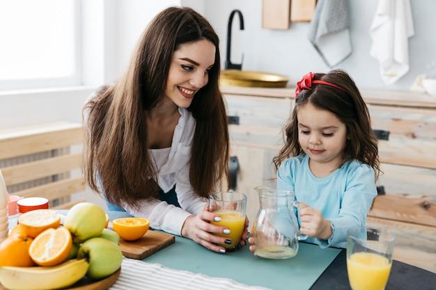 Madre e figlia facendo colazione