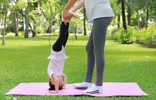 Madre e figlia facendo esercizio in giardino