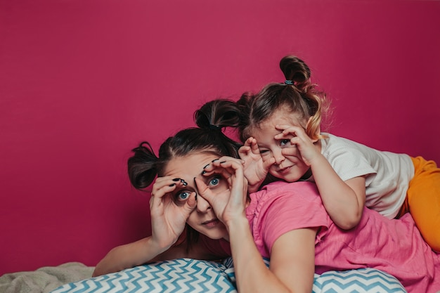 Madre e figlia fanno facce.