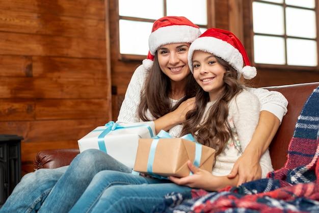 Madre e figlia felici del colpo medio che posano insieme