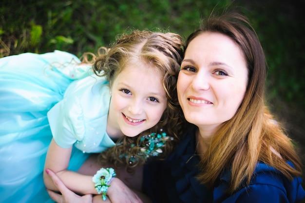Madre e figlia felici insieme all'aperto