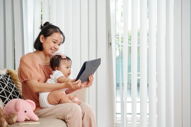 Madre e figlia guardando i cartoni animati