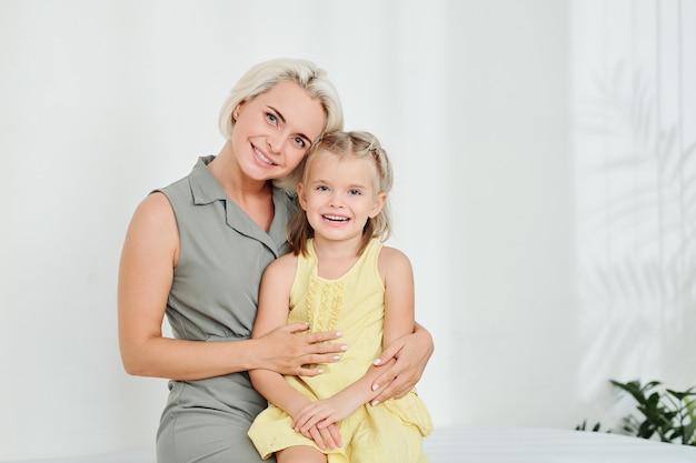 Madre e figlia in reparto ospedaliero