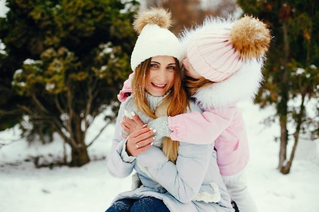 Madre e figlia in un parco d'inverno