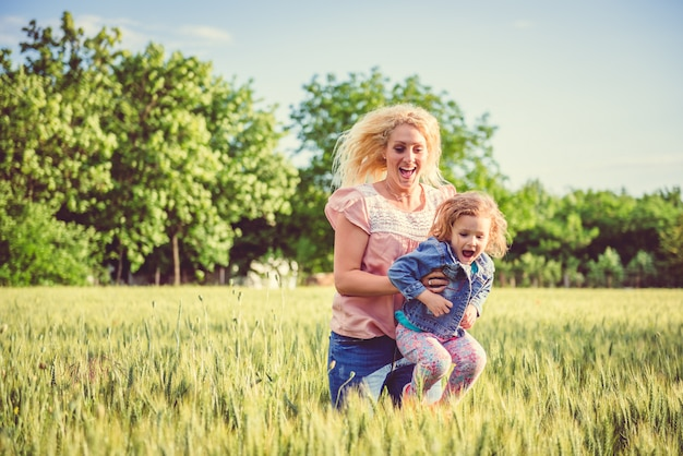 Madre e figlia nel campo di grano