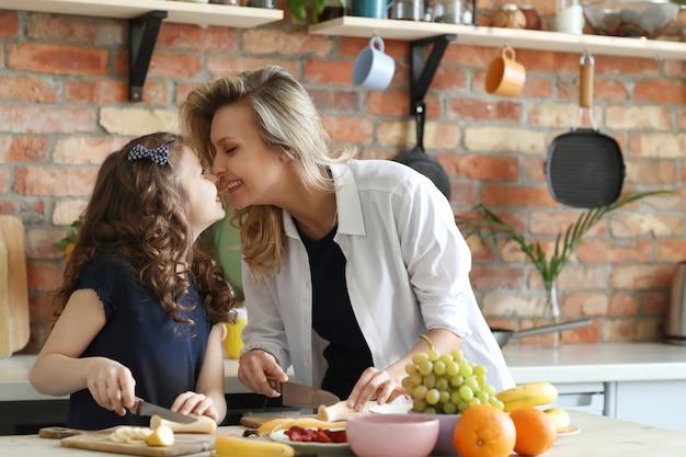 Madre e figlia preparando la colazione