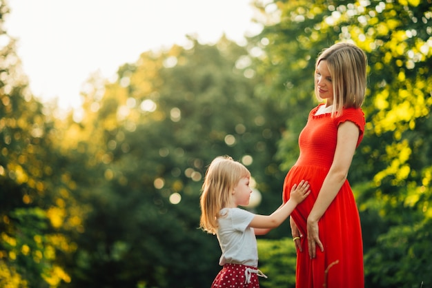 Madre e figlia si guardano