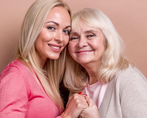 Madre e figlia sorridenti del primo piano