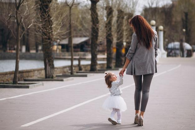 Madre e figlia sul lago