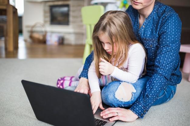 Madre e figlia usando il portatile