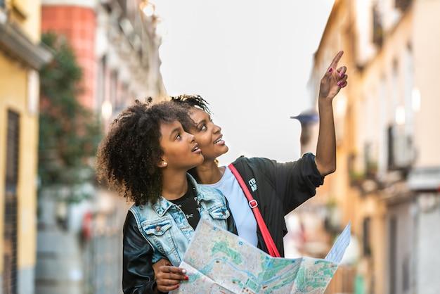 Madre e figlia utilizzando una mappa in strada.