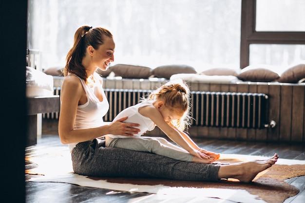 Madre e figlia yoga a casa