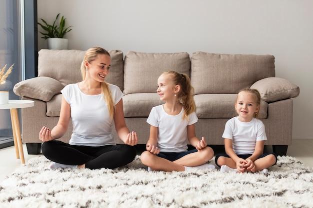 Madre e figlie che lavorano a casa