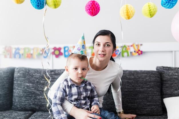 Madre e figlio alla festa di compleanno