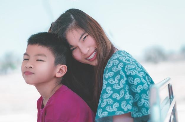 Madre e figlio che abbracciano per l'amore, l'affetto e il concetto di unità familiare