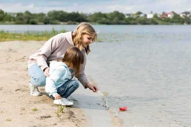 Madre e figlio che giocano in riva al mare