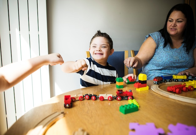 Madre e figlio che giocano insieme a un tavolo