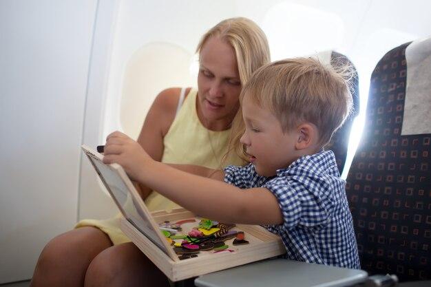 Madre e figlio che giocano insieme nell'aereo