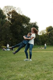Madre e figlio che giocano nel parco