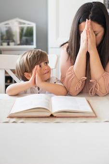 Madre e figlio che pregano insieme