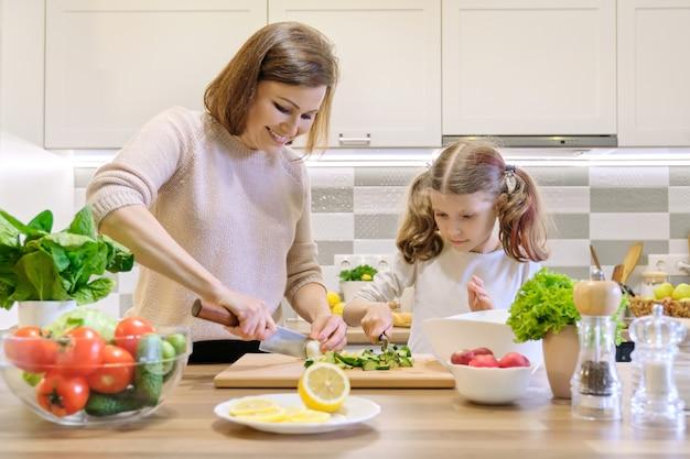 Madre e figlio cucinare insieme a casa in cucina