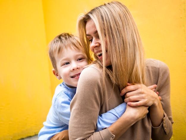 Madre e figlio del primo piano che giocano insieme