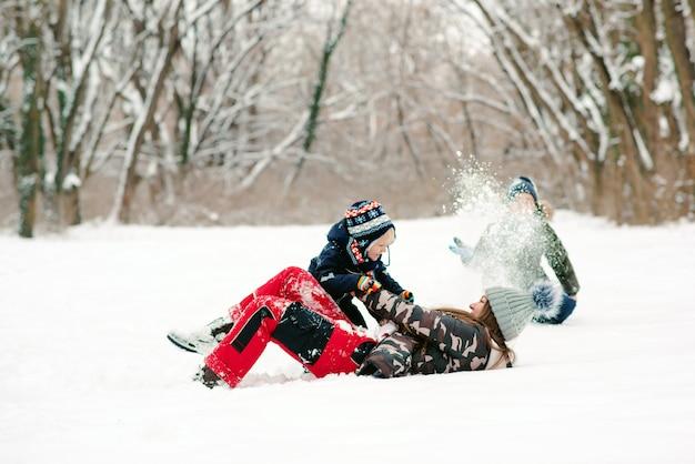 Madre e figlio divertirsi insieme nel parco invernale