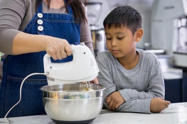Madre e figlio facendo una torta