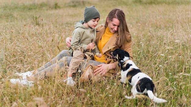 Madre e figlio guardando un cane carino