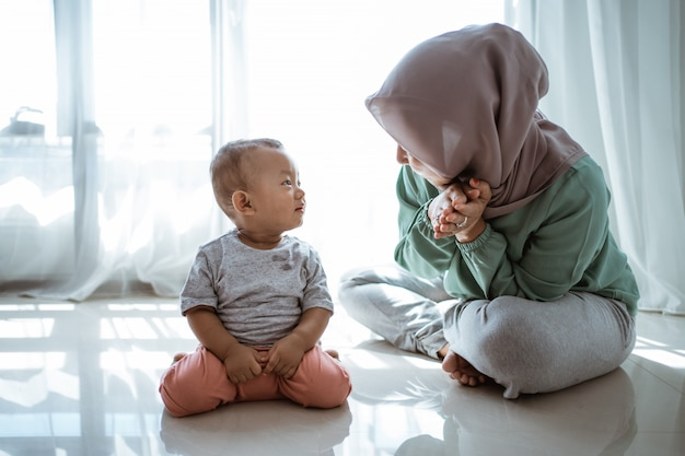 Madre e figlio musulmani che hanno conversazione