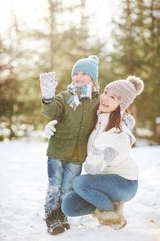 Madre e figlio nel parco invernale