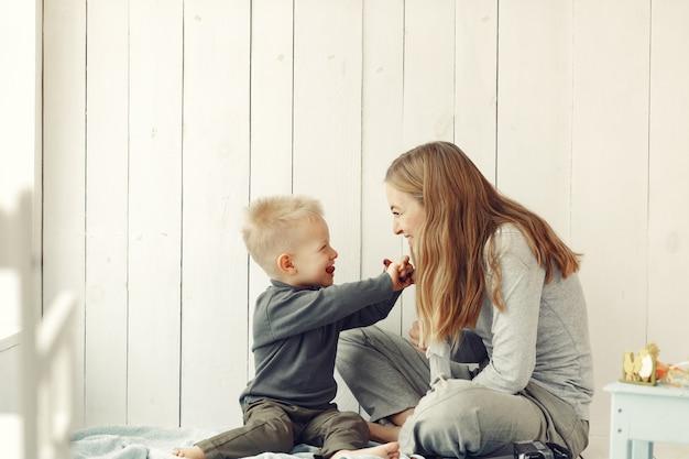 Madre e figlio piccolo che giocano a casa