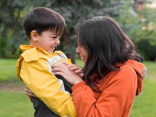 Madre e figlio sono felici
